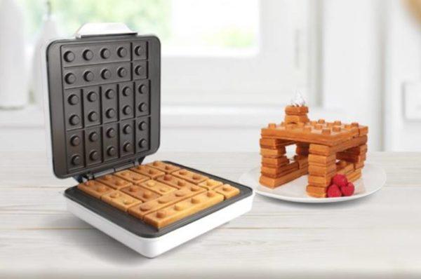 Wafles con piezas de Lego sobre mesa para desayuno