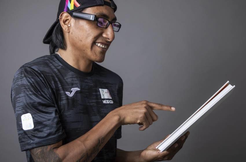 Invento para ciegos lee textos e identifica rostros y dinero