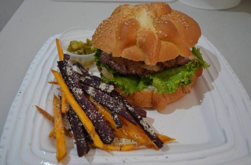 Hamburguesa con ¡pan de muerto! Probamos la Dead Burger